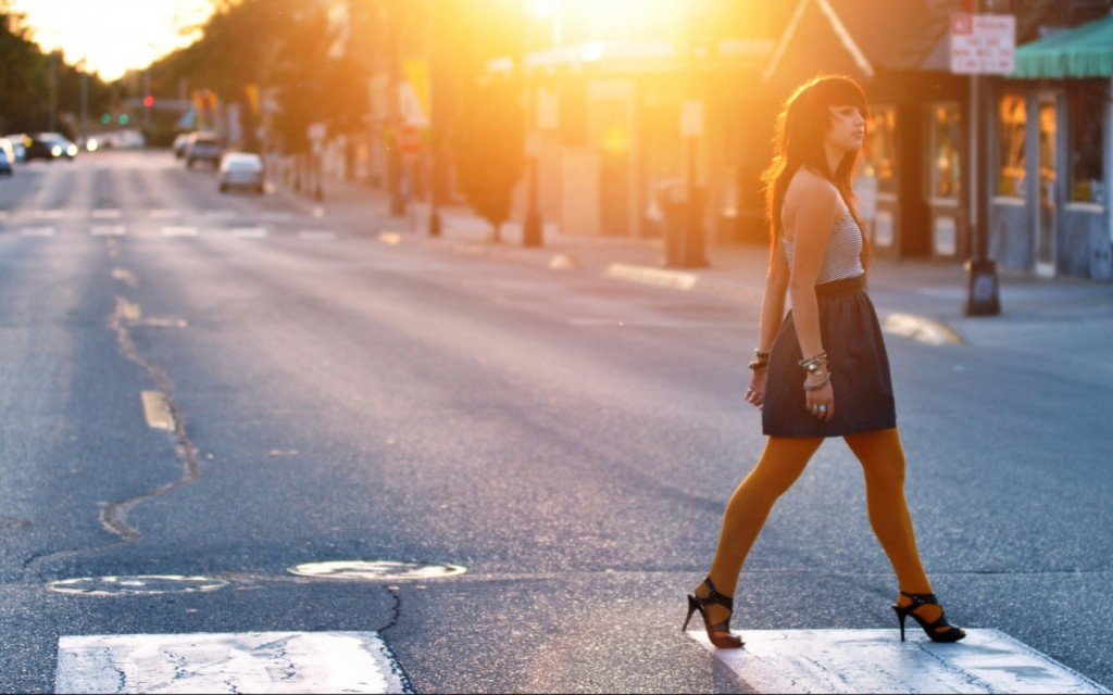 Woman-Crossing-the-Street-1680x1050-wide-wallpapers.net